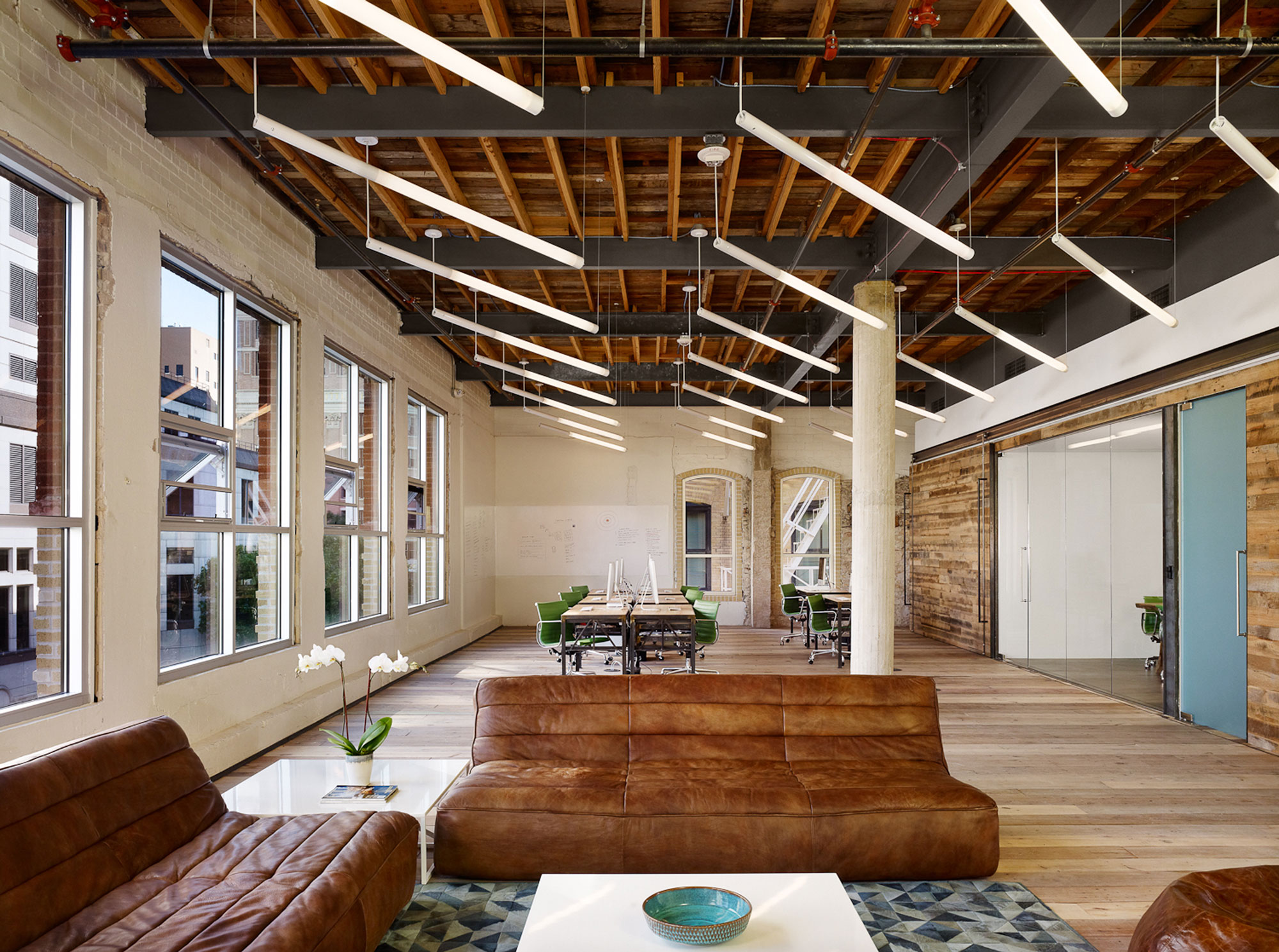 Innovative office design reflects austin startup 39 s for Kantoor interieur