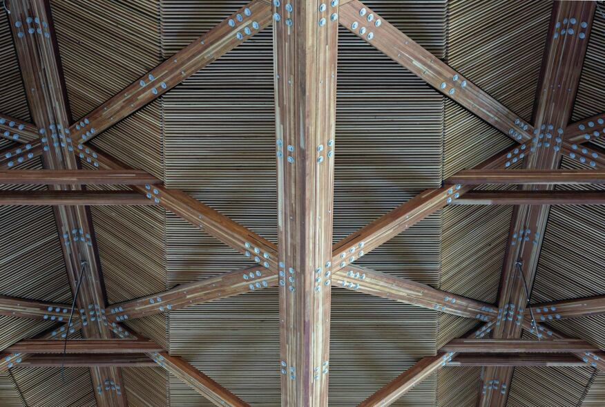 Glulam chords and beams are fastened together using 1-inch galvanized steel bolts grouped with 16mm steel plate cleats and boxes and 5mm-thick washers.