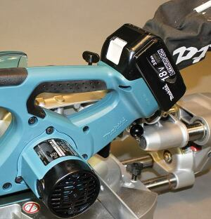 The short-lived first generation of cordless miter saws took 24-volt batteries; this new saw takes the same 18-volt lithium-ion batteries as other Makita tools.