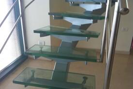 הקמת מדרגות זכוכית