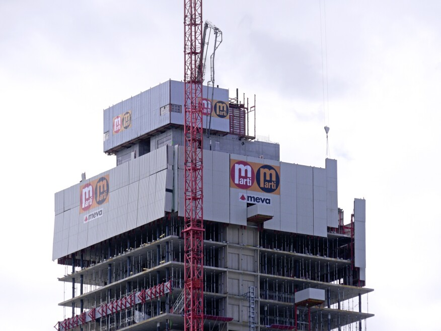 When raising the panels by crane, the panels never hang loose but rather slide within the shoes up to the next level.