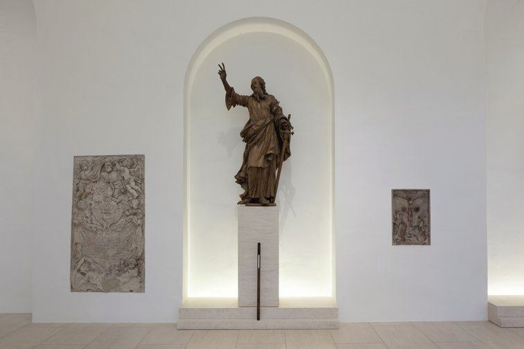 In the side naves, the statue of each Apostle is framed by a backlit wall niche.