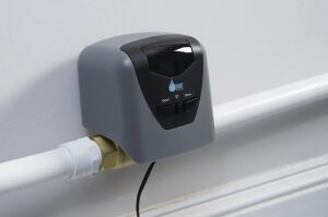 The Smart Valve is the first of its kind to link to water leak detectors and temperature sensors to automatically shut off the water supply if there is a leak detected or the temperature is too low, protecting homes from flooding and potentially costly repairs. (PRNewsFoto/Lowe's Companies, Inc.)