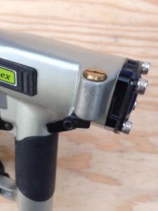 The head of the gun has a built-in air blower.