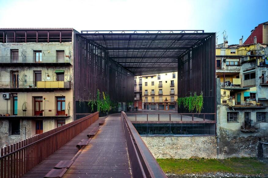 La lira theater public open space architect magazine for Arquitectes girona