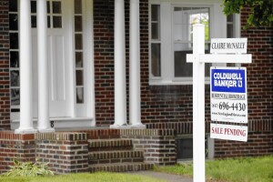 This July 10, 2014 photo shows a house with sale pending sign in Quincy, Mass. The National Association of Realtors releases pending home sales index for July on Thursday, Aug. 28, 2014. (AP Photo/Michael Dwyer) ** Usable by LA, DC, CGT and CCT Only **