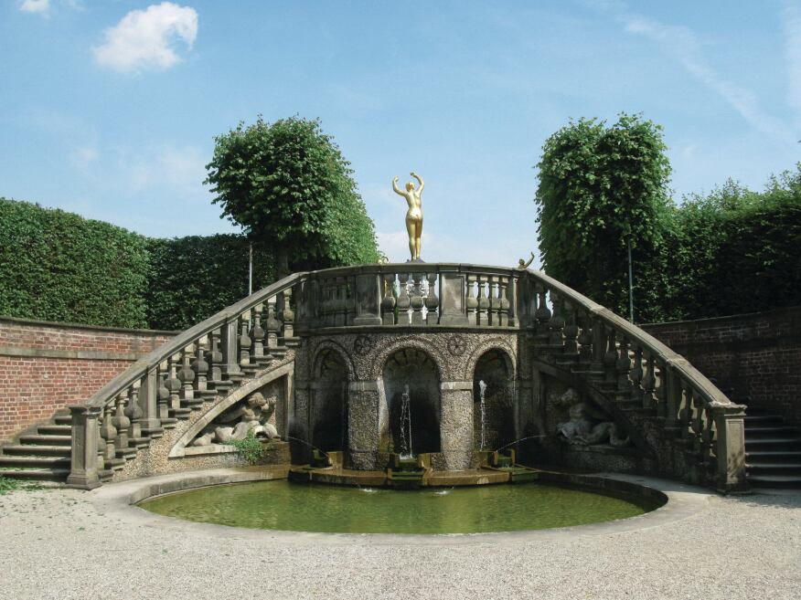 There are several pavilions and other structures in the garden, such as this fountain staircase leading to the garden theater on the east side of the Grosser Garten.