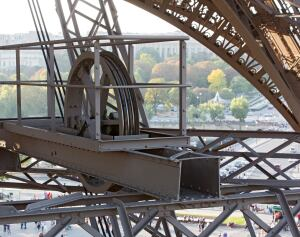 The technical gantries inside the Pavillon Ferrié use pulleys that recall the Eiffel Tower's elevator wheels.