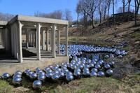 "Philip Johnson's Glass House Hosts Yayoi Kusama's ""Narcissus Garden"""