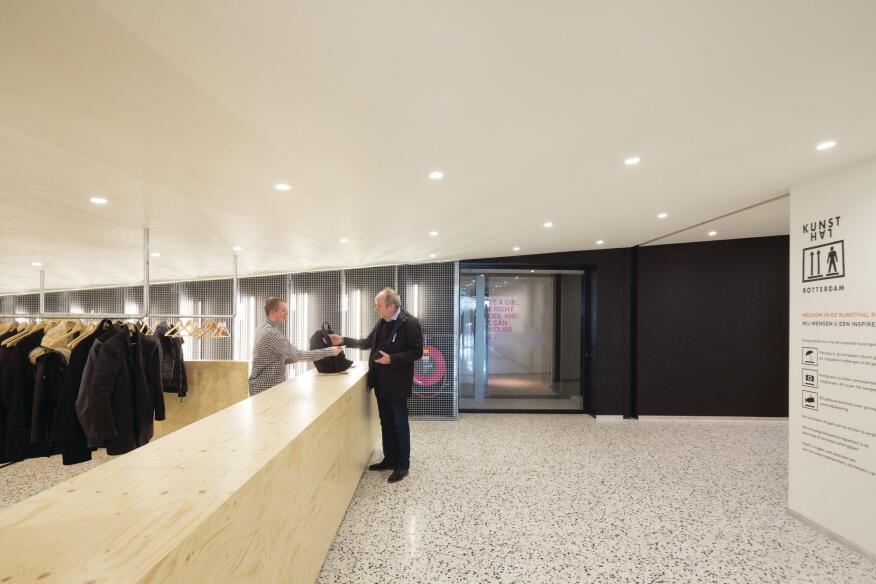 Visitors can stop by the cloakroom before entering the exhibition halls and auditorium.