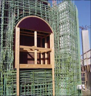 O reforço de aço congestionado coloca problemas especiais para o concreto sem acesso para vibração.  As misturas devem ser muito fluidas para se consolidar em torno do reforço, mas têm baixas quantidades de água para atender aos requisitos de especificação.
