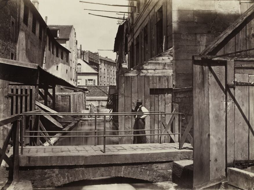 Bords de la Bièvre (au bas de la rue des Gobelins) (Banks of the Bièvre River at the Bottom of the rue des Gobelins) (fifth arrondissement), c. 1862. Albumen print from collodion negative. Musée Carnavalet, Paris © Musée Carnavalet / Roger-Viollet.