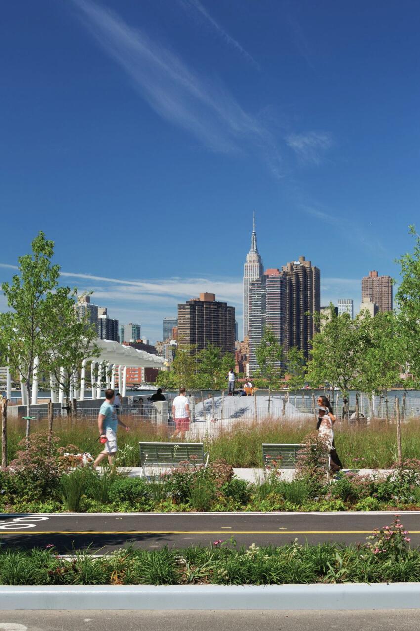 Greenways through the site overlook the Manhattan skyline.