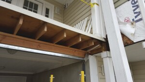 Fitting the new beams required some finesse. The adjustable support columns made the job simple: We were able to slightly lift the structure with the screw jacks to gain the space we needed.