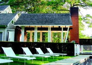 The pavilion links the existing house to the formerly awkwardly located pool.