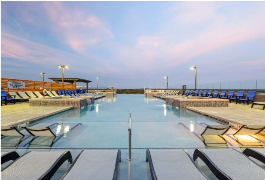 An infinity pool at Standard at Athens in Georgia provides students a luxury spot. Image Courtesy Rolen Image via Humphreys & Partners