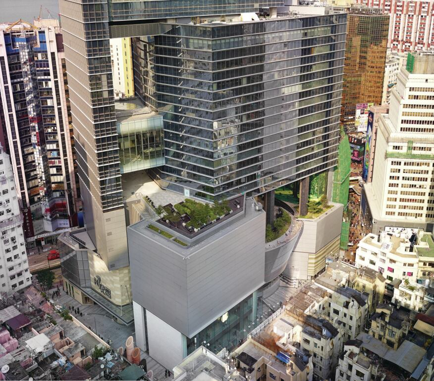 At Hysan Place, sky gardens bring much-needed green space to Causeway Bay. Operable spandrels in the Permisteelisa curtainwall ensure that air flows not only through the voids in the building, but also into the interior.