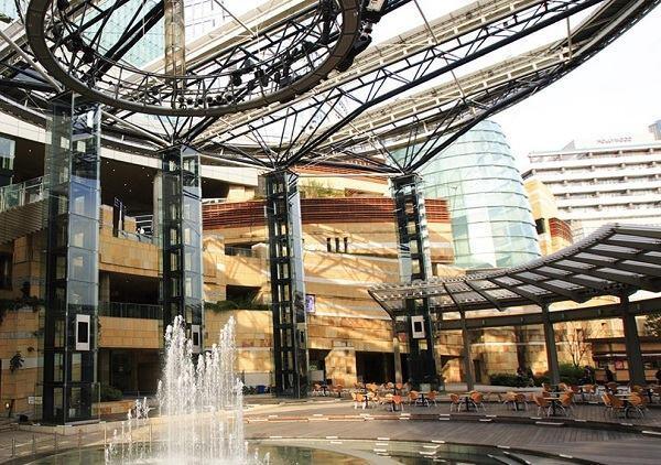 Roppongi Hills Arena, designed by Kohn Pedersen Fox Associates with the Jerde Partnership.
