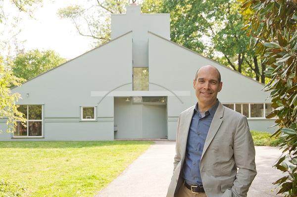 Geoffrey Baer with the Vanna Venturi House.