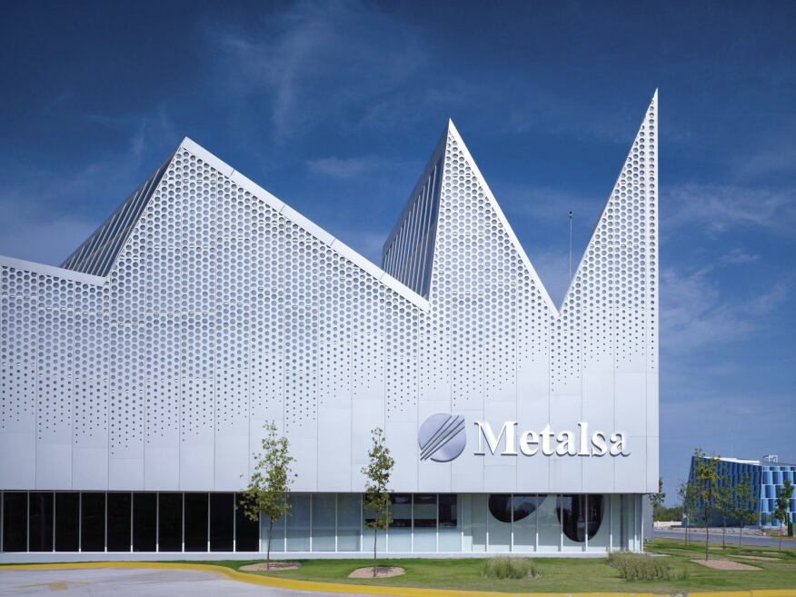 The jagged roofline of the Metalsa facility was inspired both by the surrounding mountains and the classic sawtooth profile of industrial warehouses. The clerestories incorporate a curtainwall system from U.S. Aluminum.