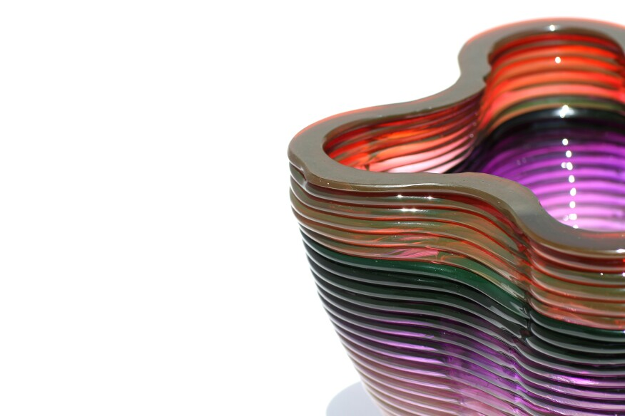 Detail of a 3D printed object exhibiting a sudden change in color in the top ring, and a gradient at the bottom.