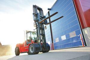 Truck frŒn Kalmar Industri / Cargotec hanterar bland annat trŠ. Fotograferat av Jesper Andersson pŒ Bildteamet i Halmstad.
