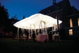 The Roof That Goes Up In Smoke is an inflatable pillowdesigned by Dutch spatial design studio Overtreders Wthat serves as the roof for a temporary pavilion. Inflated by hot air from a wood stove, the roof is lit at night to provide illumination for the space beneath it. The wood stove also doubles as the centerpiece of the mobile pavilion, which can accommodate up to 40 people. ¢ overtreders-w.nl