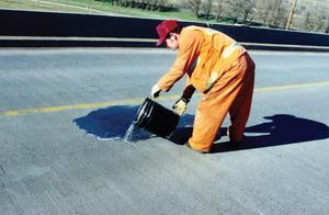 On smooth surfaces, the mixture can be poured directly onto the cleaned concrete surface, covering the cracks.