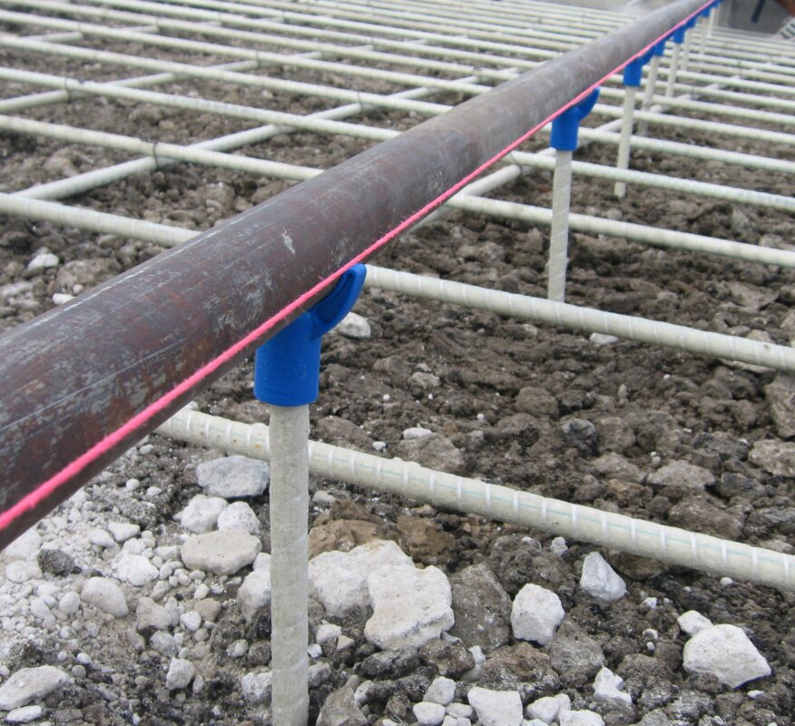 The MAKO Elevation Control System supports 1 1/2-inch i.d. screed pipe on its plastic FinCap chairs.
