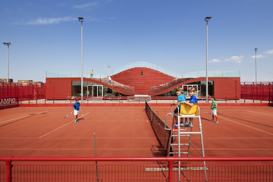 The club house of the IJburg Tennis Club is free to the public all year long. During the weekends, it is transformed into a restaurant.