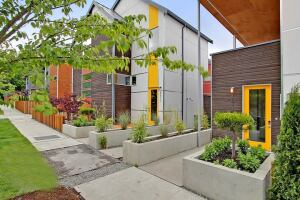 Dwell Development built these contemporary homes in Seattle as part of the NEEA pilot program on energy-efficient residential construction.