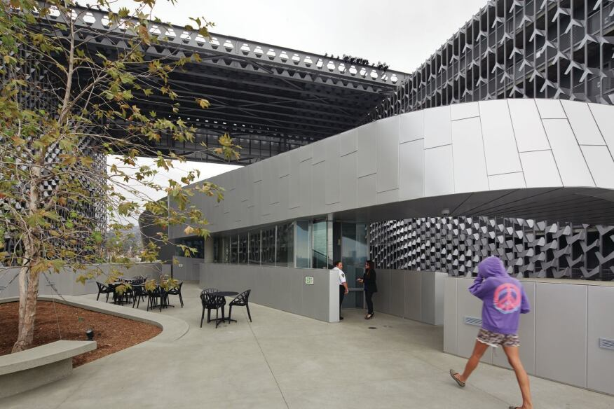 The design embraces the Southern California climate with two large piazza-like spaces and integrates performance-quality lighting and audio equipment. The third-floor terrace, adjacent to a communal kitchen and dining room, is dedicated to the resident students. It features barbecue grills and outdoor dining furniture.