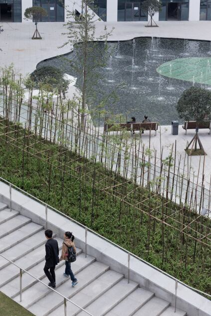 Stairways and throughways allow the complex to become part of the surrounding urban fabric.