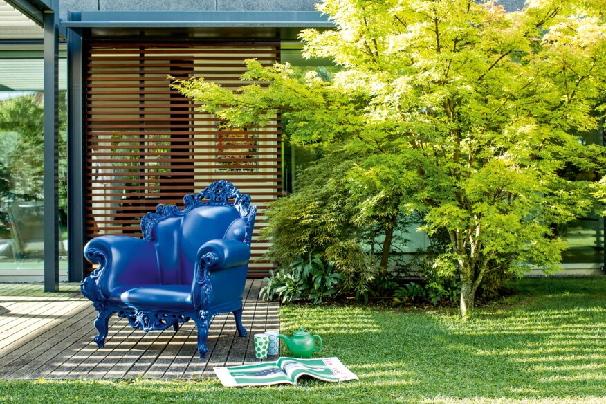 The Magis Proust in blue. Thanks to the nature of its material, the armchair is suitable for the outdoors.