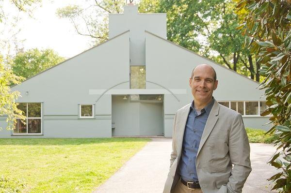 Geoffrey Baer with the Vanna Venturi House.