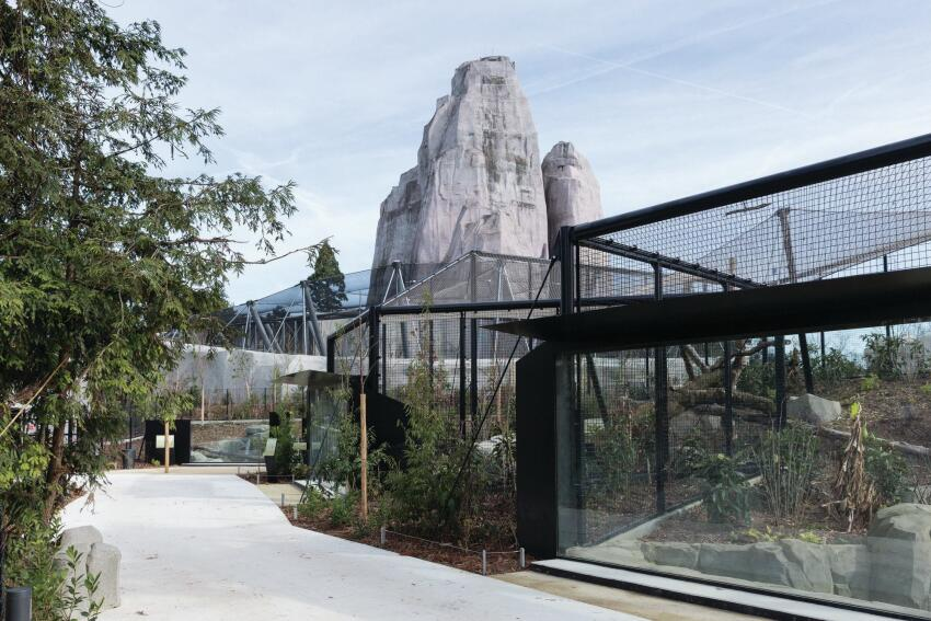 Tschumi's team used a kit of parts to create different geometries for each of the zoo's freestanding aviaries.