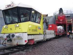 A locomotive with the rail car shuttles between the concrete handover point and the concreting train.