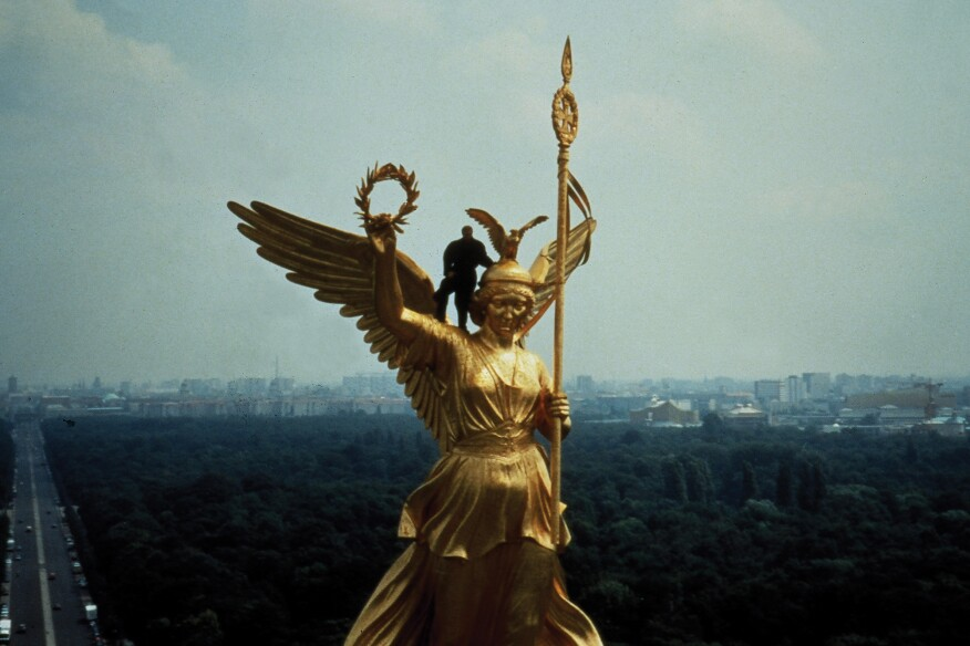 A screenshot from Wings of Desire