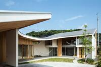 A Japanese Shawl House with a Curved Roof and Perfect Privacy