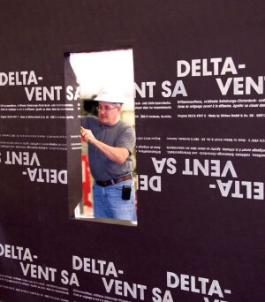 Delta Vent SA sticks to the sheathing and to itself with a self-adhesive edge lap.