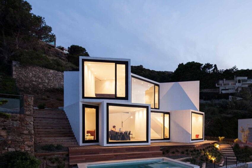A Coastal Residence Offers 10 Different Views of the Sea