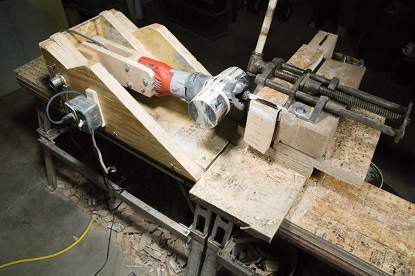 For timed cuts, the plank was clamped into a test rig and cut with a saw attached to a pivot arm. The nose of the tool was weighted to provide downward pressure – approximately 23 pounds at the blade.