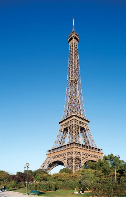 The Eiffel Tower is painted in dull beige, but the new pavilion structures on its first floor are finished in striking-red automotive paint. When viewed from the street level, however, the glossy additions are more subtle, thanks to the glazed curtainwall façades on their principal elevations.