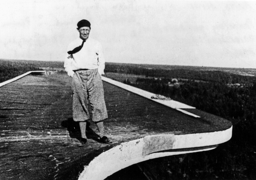 Aalto on the roof of Paimio, 1932