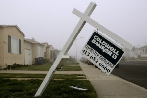 A bent over sign advertising a home for sale is shown in Daly City, California December 31, 2008.  House prices in the area dropped again in October, local media reported on Tuesday. REUTERS/Robert Galbraith  (UNITED STATES) - RTR22YTG
