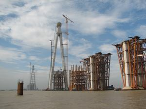 The 306 m tall pylons of the Sutong Bridge are being constructed in 68 casting sections.