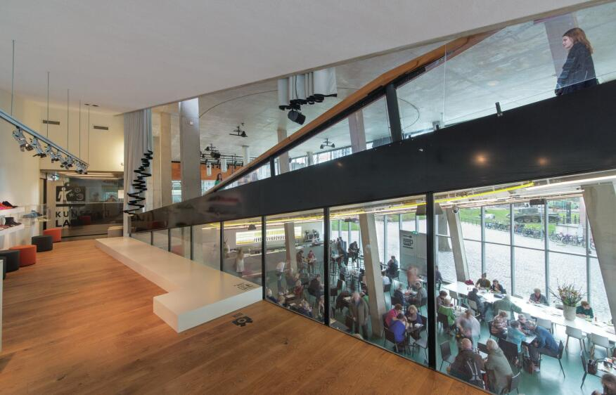 Glass partitions inserted between public spaces and the circulation ramps enable zone conditioning.