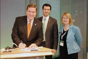 Rick Fedrizzi (left) of the Washington, D.C.- based U.S. Green Building Council, signs a memorandum of understanding to develop common metrics to measure greenhouse- gas emissions. Paul King of USGBC and Carol Atkinson of Watford, U.K.-based BRE Global also are pictured.