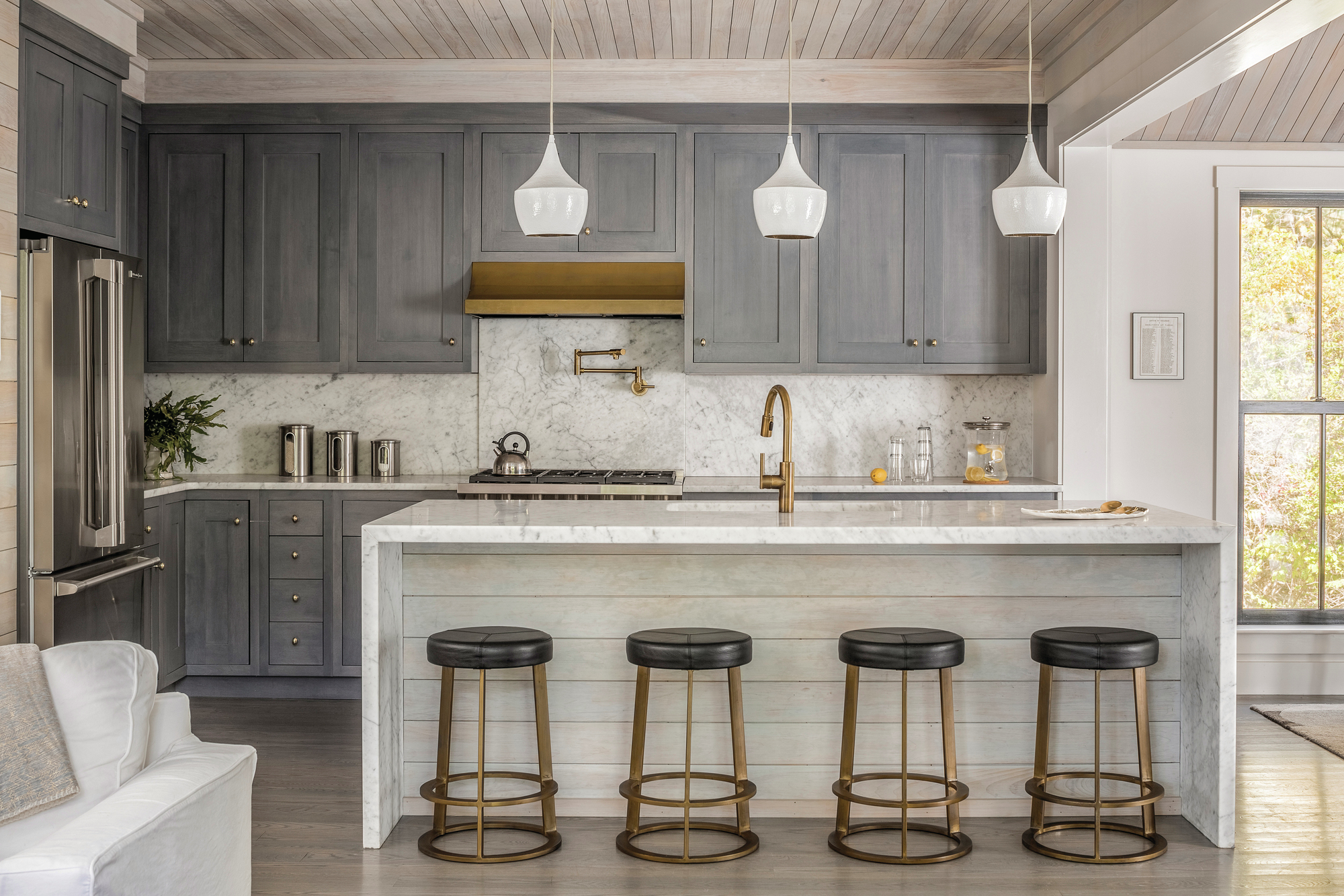 Blue and brass details soften this cozy kitchen builder Cuisine design 2017