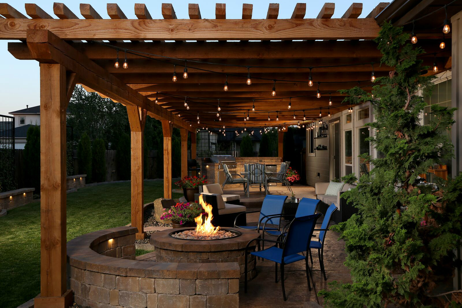 Outdoor living space has everything but the kitchen sink for Idea deco terraza de madera